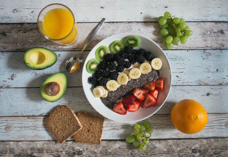 śniadanie z owocami